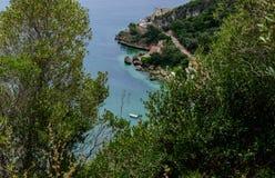 Vue de la montagne au bida Portinho de ¡ d'Arrà et à son fort - parc naturel de montagne de bida de ¡ d'ArrÃ, Setúbal - Portugal photos libres de droits
