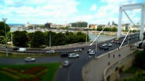 Vue de la montagne au panorama de route de pont de ville banque de vidéos