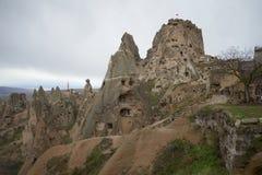 Vue de la montagne-forteresse d'Uchisar et de la ville de caverne Cappadocia Image libre de droits