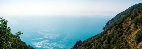 Vue de la montagne sur une belle mer Photos libres de droits