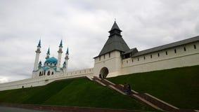 Vue de la mosquée et de la tour à Kazan photographie stock libre de droits