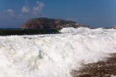 Vue de la péninsule avec une forteresse pendant l'excitation en mer image stock