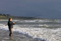 Vue de la pêche de l'homme de la plage chez Harlech, Pays de Galles Photo stock