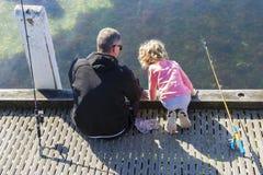 Vue de la pêche de père et de fille Images libres de droits