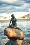 Vue de la petite statue de sirène à Copenhague Danemark Photos stock