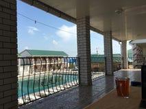 Vue de la piscine au centre de récréation image stock