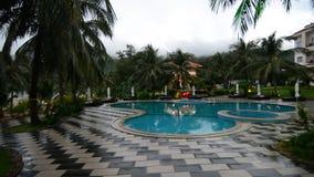 Vue de la piscine au lieu de villégiature luxueux en île de Dao d'escroquerie banque de vidéos