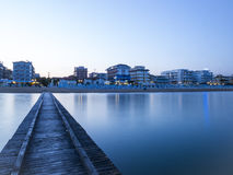 Vue de la piscine découverte Di Jesolo d'une jetée en bois en mer Photo stock