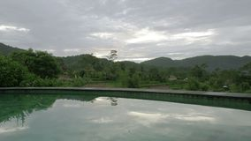 Vue de la piscine sur les terrasses de riz de la montagne et la maison des agriculteurs Bali, Indon?sie clips vidéos