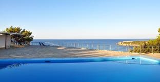 Vue de la piscine vers la mer Image libre de droits