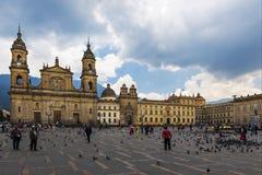 Vue de la place de Bolivar avec la cathédrale d'archevêché du ¡ de Bogotà à l'arrière-plan dans la ville du ¡ de BogotÃ, Colombie Photos stock