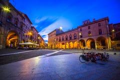 Vue de la place Santo Stefano à la soirée avec des personnes et une bicyclette, Bologna, le 13 juillet 2017 Photographie stock