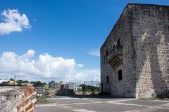 Vue de la place sur un vieux bâtiment en pierre contre un beau ciel bleu avec les nuages blancs Image stock