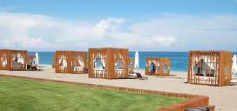 Vue de la plage avec les tentes élégantes dans un hôtel de première qualité Photographie stock