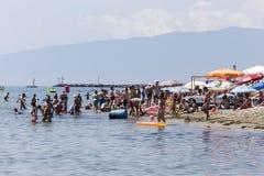 Vue de la plage de Katerini en Grèce Les gens apprécient le frais photos stock