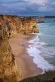 Vue de la plage, des vagues et des falaises d'une taille sur la plage Image libre de droits
