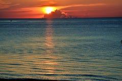 Vue de la plage du lever de soleil avec la nébulosité Image stock
