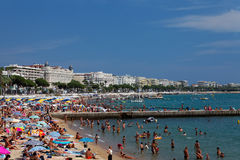 Vue de la plage et de l'hôtel de luxe Photographie stock libre de droits