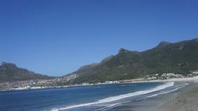 Vue de la plage et des montagnes Image stock