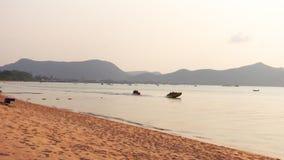 Vue de la plage de Pattaya le soir en Thaïlande clips vidéos