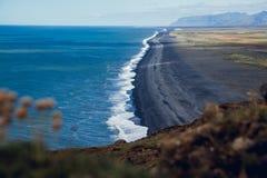 Vue de la plage pr?s du cap Dyrholaey au village de Vik en Islande images stock