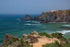 Vue de la plage rocheuse célèbre Odeceixe, Aljezur, Portugal photographie stock