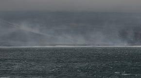 Vue de la plage de smokey une chaîne à distance de Saunders d'île, îles de sandwich du sud - île dans l'Océan Atlantique images libres de droits