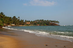 Vue de la plage tropicale avec des vagues se cassant sur un bord de la mer Photos libres de droits