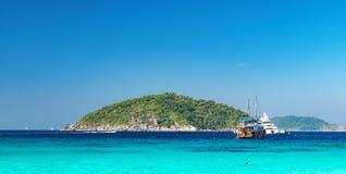 Vue de la plage vers l'île de Similan, Thaïlande photographie stock