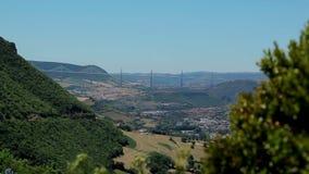 Vue de la plate-forme d'observation sur le pont de Millau clips vidéos