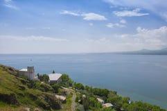 Vue de la plus grande source dans le Caucase entier - lac Sevan Ligne de ciel bleu et d'horizon l'arménie Images stock