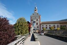 Vue de la porte et du pont inférieurs de ville au-dessus de la rivière de Malte Gmuend dans Kaernten, Autriche Photo stock
