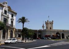 Vue de la porte de terre à Cadix Murs extérieurs séparant le vieux quart et le secteur moderne de ville Images stock