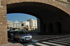Vue de la porte de terre à Cadix Murs extérieurs séparant le vieux quart et le secteur moderne de ville Images libres de droits