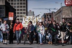 Vue de la première ligne des protestataires marchant dans la rue Images stock