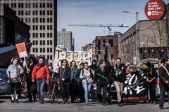 Vue de la première ligne des protestataires marchant dans la rue Photographie stock libre de droits