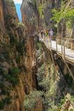Vue de la promenade way caminito del rey entre les falaises photographie stock libre de droits