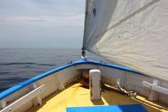 Vue des Caraïbes traditionnelle de sloop, de voile et de proue d'océan des Caraïbes. Photo stock