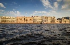 Vue de la rivière de Neva au palais Photo libre de droits