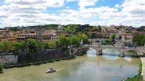 """Vue de la rivière du Tibre d'une taille Vue de Castel Sant """"Angelo vers Rome et la rivière du Tibre banque de vidéos"""