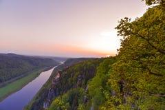 Vue de la rivière Elbe et des montagnes de la Saxe suisse chez Rathen photos libres de droits