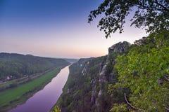 Vue de la rivière Elbe et des montagnes de la Saxe suisse chez Rathen photo stock