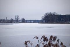 Vue de la rivière et du rivage congelés Images stock