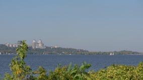 Vue de la rivière et de la ville Dnipro en Ukraine banque de vidéos