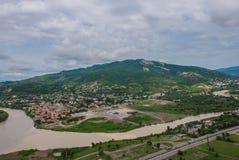 Vue de la rivière Kura avec des montagnes Jvari Photographie stock libre de droits