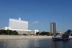 Vue de la rivière de Moscou à la maison du gouvernement de la Fédération de Russie image libre de droits
