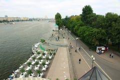 Vue de la rivière de Moscou et du remblai adjacent avec les personnes de flânerie photographie stock