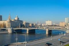 Vue de la rivière de Moscou, pont de Borodinsky, embankm de Rostovskaya photographie stock