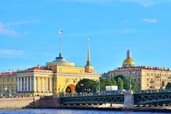 Vue de la rivière de Neva sur le pont de palais, le chat d'Isaac de saint Photos stock