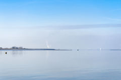 Vue de la rivière Swale de l'île Kent de Harty sur une victoire tranquille Photographie stock libre de droits